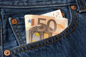 50 Euroschein in der Hosentasche