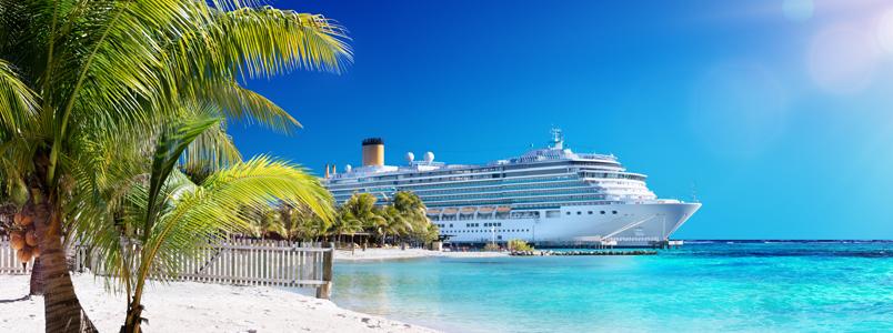 Kreuzfahrtschiffe liegen in der Karibik im türkisblauen Wasser vor Anker