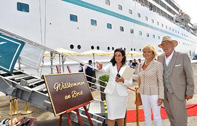 Hanna Liebhold (Barbara Wussow, l.) heißt das Ehepaar Heinz (Michael Gwisdek, r.) und Marlene Kolatschek (Uschi Glas, m.) an Bord willkommen / Copyright: ZDF/Dirk Bartling