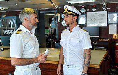 Der neue Kapitän Max Parger (Florian Silbereisen, r.) muss Staff-Kapitän Martin Grimm (Daniel Morgenroth, l.) erst einmal von sich überzeugen / Copyright: ZDF/Dirk Bartling
