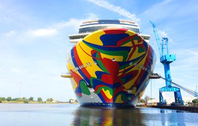 Der Schiffsrumpf der Norwegian Encore in der Meyer Werft in Papenburg