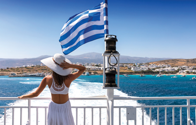 Frau auf Schiff mit griechischer Flagge