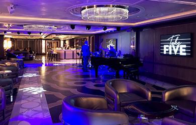Stylisch und Lieblingsplatz für Urlauber - die Take Five Bar an Bord der Sky Princess
