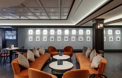 An Seetagen zur Winterzeit die Kunstgalerie im L'Atelier Bistro der MSC Grandiosa bewundern