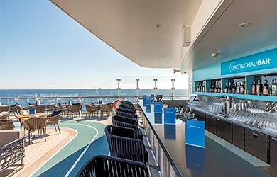 Schöner Platz zum Relaxen und Schauen: Überschaubar auf der Mein Schiff 6