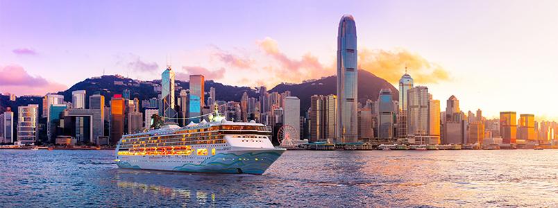 Imposanter Anblick: Die Norwegian Spirit vor der Skyline von Hongkong