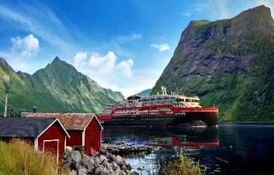 Hurtigruten im Hjorundfjord in Norwegen © Elfriede_Schömig_Justert