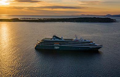 World Voyager von Nicko Cruises vor Sonnenuntergang