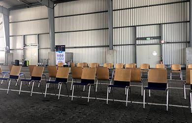 Wartebereich nach Covid Test im Kieler Hafenterminal