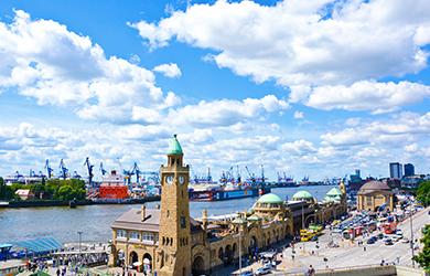 Der Hamburger Hafen. Kreuzfahrten ab Deutschland zählen zu den Reisetrends