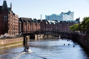 Europa, Deutschland, Hamburg, Speicherstadt Backstein Gebaeude Weltkulturerbe Speicherhaeuser Elbphilharmonie Motorboot Kajaks Brook